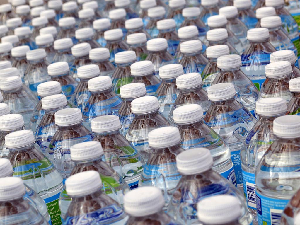 Agua de botella, mal de muchos